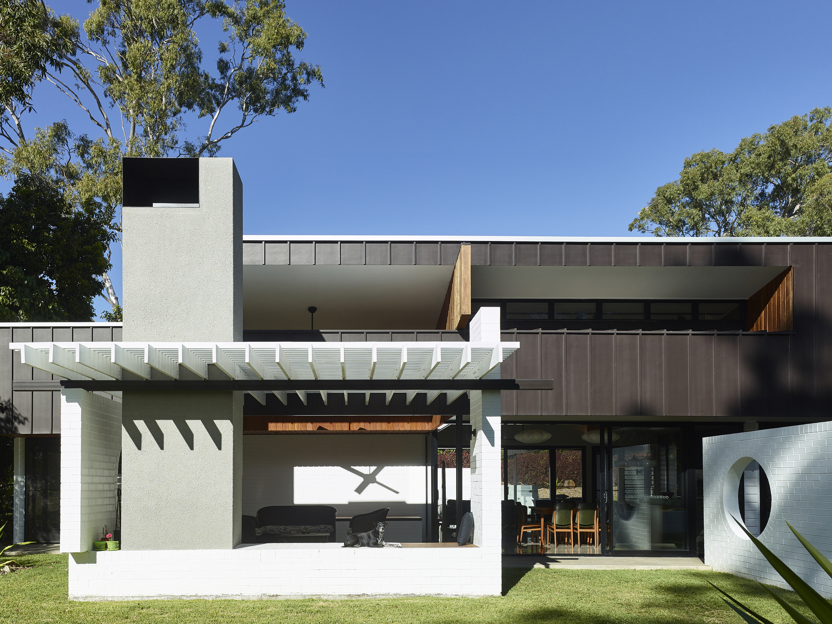 A modernist-inspired subtropical home